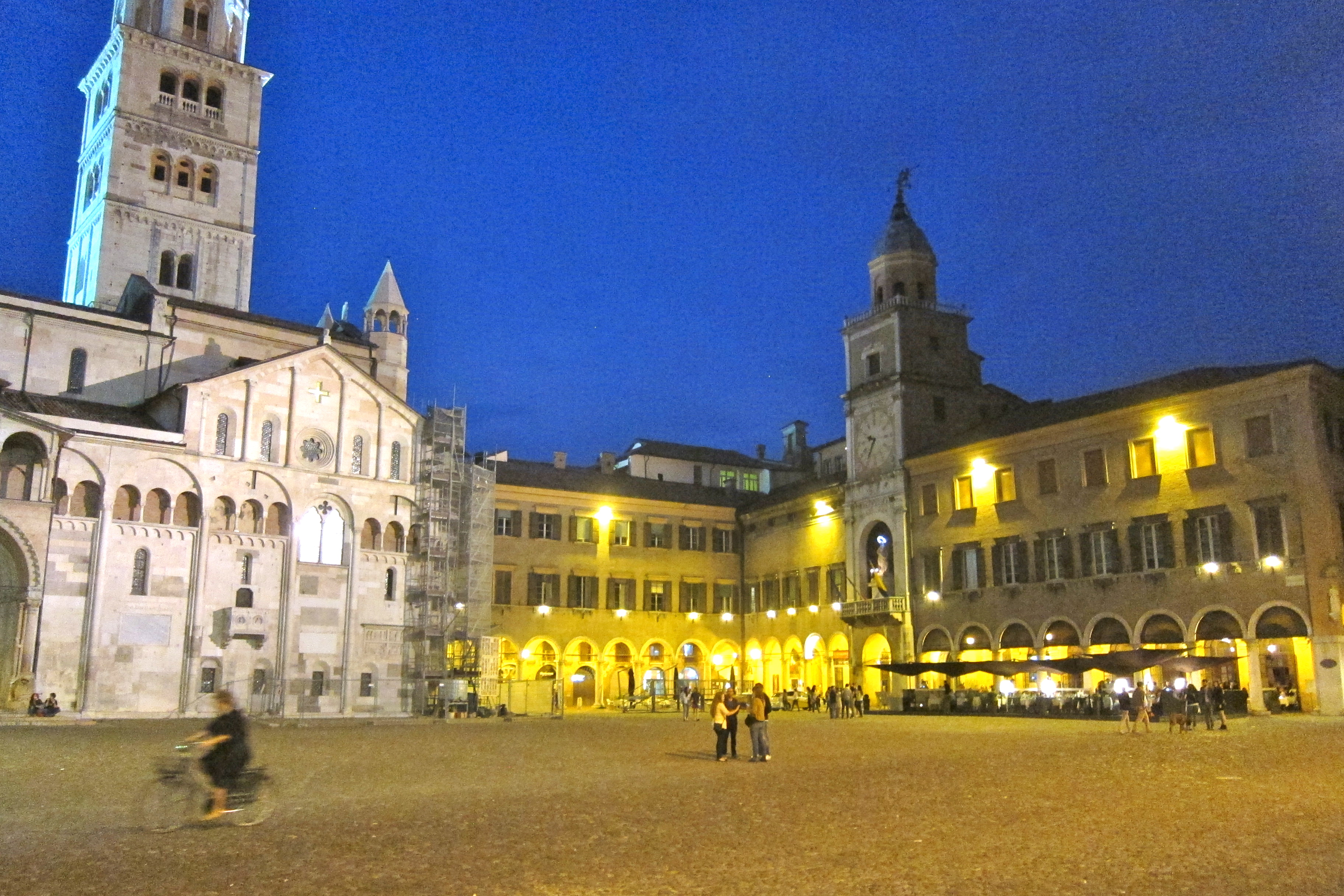 Modena italy sparkling lambrusco and superb food vino for Modena piazza grande